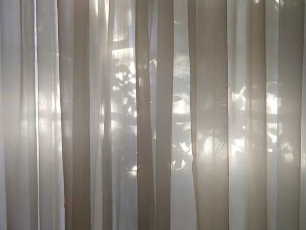 Cortina transparente com luz solar no fundo