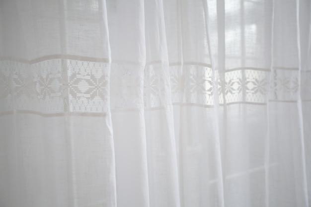 Cortinas brancas de luz suave com a bainha