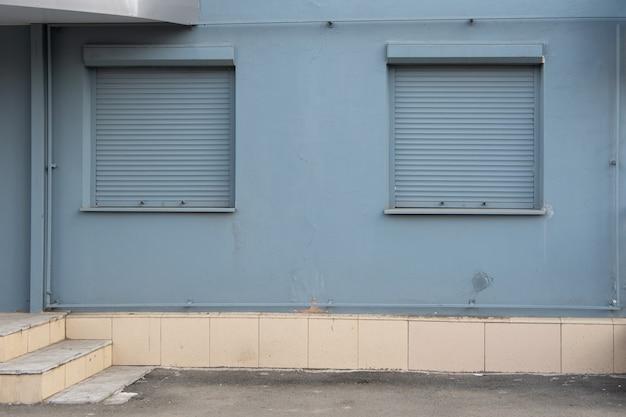 Cortinas cinzentas na janela significam fechar a loja. conceito de crise no varejo