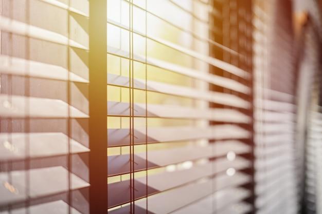 Cortinas de escritório na janela