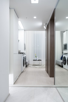 Cortinas de mesa e cadeiras na sala e máquina de lavar