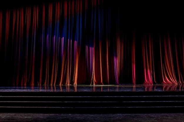 Cortinas e palco de madeira.