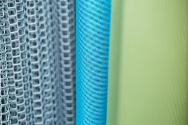 Cortinas para janelas em tule com textura mesh no apartamento
