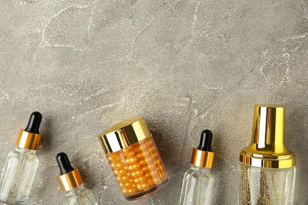 Cosmético de beleza natural para cuidados com a pele em superfície cinza com espaço de cópia