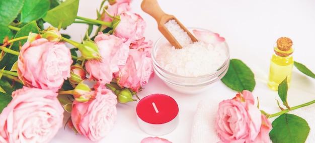 Cosméticos com extrato de flor rosa.
