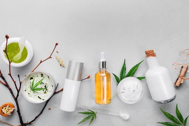 Cosméticos com óleo de cannabis cbd sobre fundo claro. conceito de cuidado natural da pele