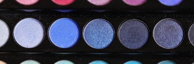 Cosméticos da moda para a noite e paleta de maquiagem cotidiana de sombras multicoloridas