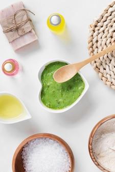 Cosméticos de arranjo de tratamento de spa de creme verde orgânico