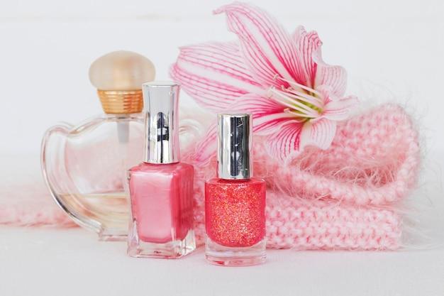 Cosméticos de beleza com flor rosa