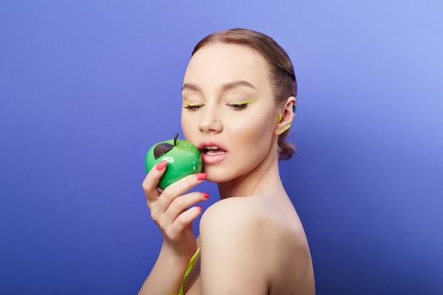 Cosméticos de beleza para o rosto e lábios. máscara facial cosmética, pele jovem e limpa, lábios carnudos e hidratação