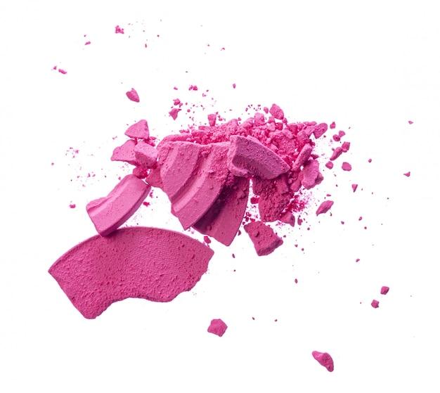 Cosméticos de blush rosa esmagados isolados no fundo branco