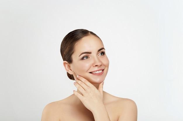 Cosméticos de mulher de beleza. retrato de pele limpa perfeita feminina. cuidado com a pele saudável. tratamento facial. cosmetologia, beleza e spa