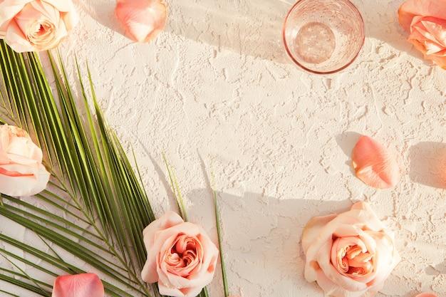Cosméticos de verão rosa pastel plana leigos com sombras
