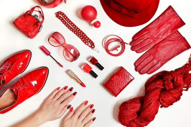 Cosméticos decorativos da moda e arte para unhas nas mãos das mulheres, do vermelho claro ao esmalte escuro.