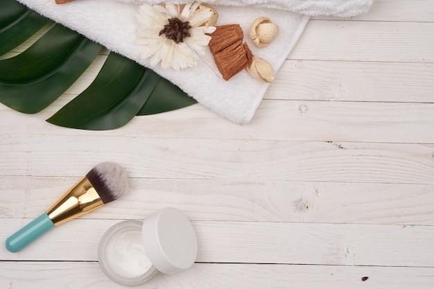 Cosméticos decorativos de madeira em folha verde para acessórios de sabonete. foto de alta qualidade