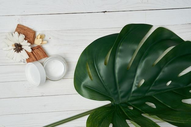 Cosméticos decorativos de madeira em folha verde para acessórios de sabonete.