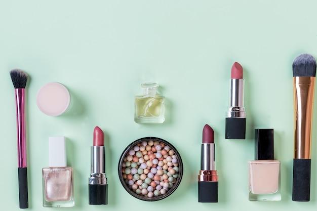 Cosméticos decorativos, ferramentas de maquiagem e acessório isolado no fundo pastel. conceito de beleza, moda e compras. composição plana leiga de beleza, vista superior.