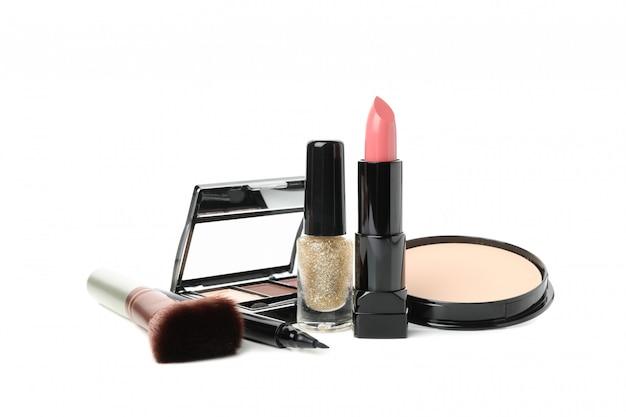 Cosméticos diferentes maquiagem isolados no fundo branco. acessórios femininos