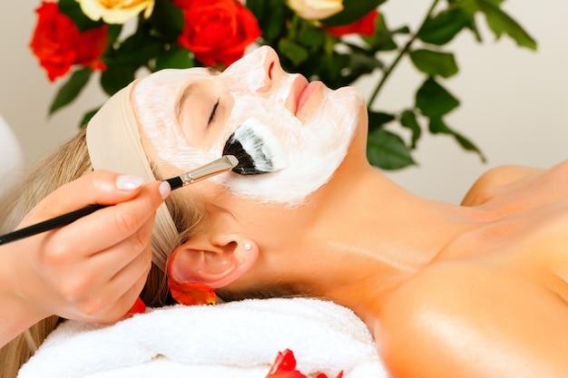 Cosméticos e beleza - aplicação de máscara facial