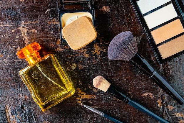Cosméticos e frascos de perfume para mulher