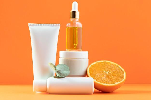 Cosméticos em fundo laranja