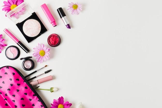 Cosméticos femininos ao lado de estojo de maquiagem