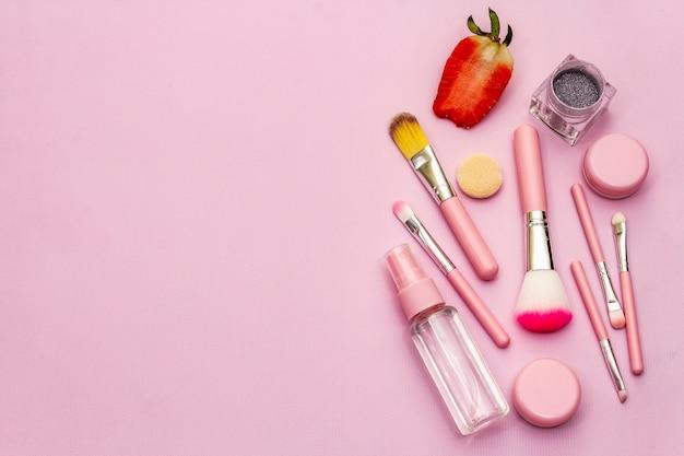 Cosméticos maquiagem em fundo rosa