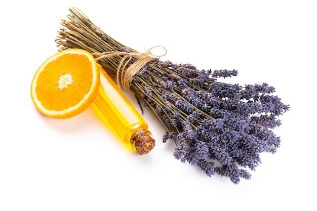 Cosméticos naturais com lavanda e laranja, limão para spa caseiro na simulação de vista superior de fundo branco.