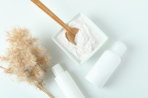Cosméticos naturais de spa em mesa branca, vista superior