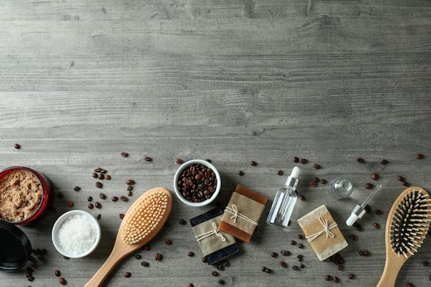 Cosméticos naturais de spa em mesa texturizada cinza
