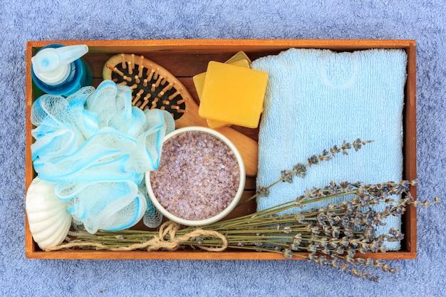 Cosméticos naturais herbal spa com extrato de lavanda - sabão, sal, toalha, escova de massagem, toalhinha