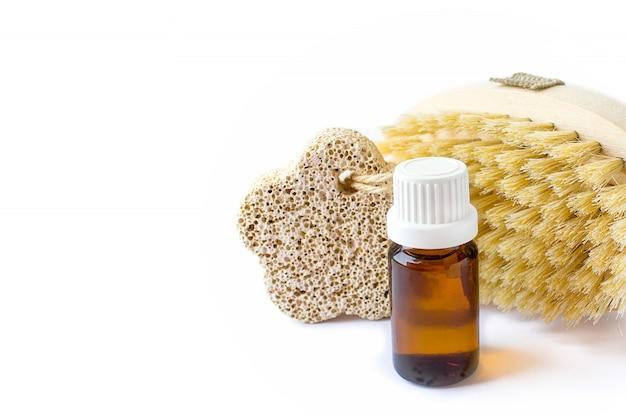 Cosméticos naturais orgânicos, óleo, escova, pedra-pomes em um branco