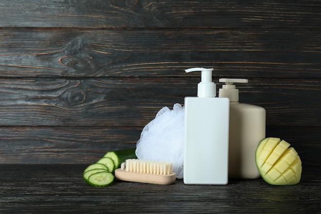 Cosméticos naturais para banho em fundo rústico de madeira