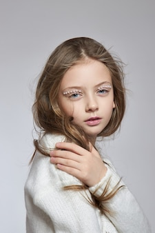 Cosméticos naturais para meninas. retrato da beleza de uma garota romântica com um lindo cabelo comprido e um sorriso no rosto