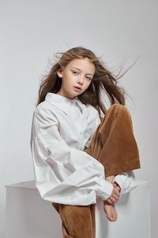 Cosméticos naturais para meninas. retrato da beleza de uma garota romântica com um lindo cabelo comprido e um sorriso no rosto Foto Premium