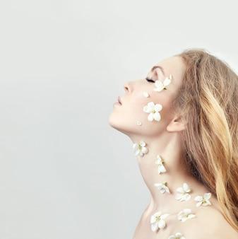 Cosméticos naturais para rosto, cuidados com a pele, hidratação e nutrição da pele. spa, limpador de rosto puro e natural para acne e envelhecimento. elimine rugas e defeitos faciais. ação de limpeza para a pele