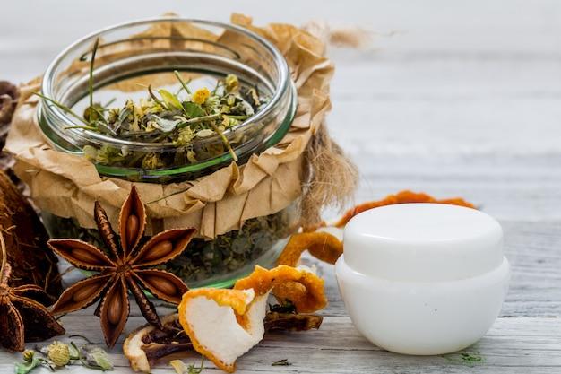 Cosméticos naturais, produto ecológico, creme e óleo aromáticos