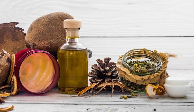Cosméticos naturais, produtos ecológicos, creme aromático e óleo