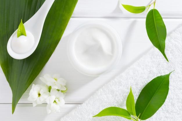 Cosméticos naturais spa: creme cosmético de dermatologia à base de plantas.