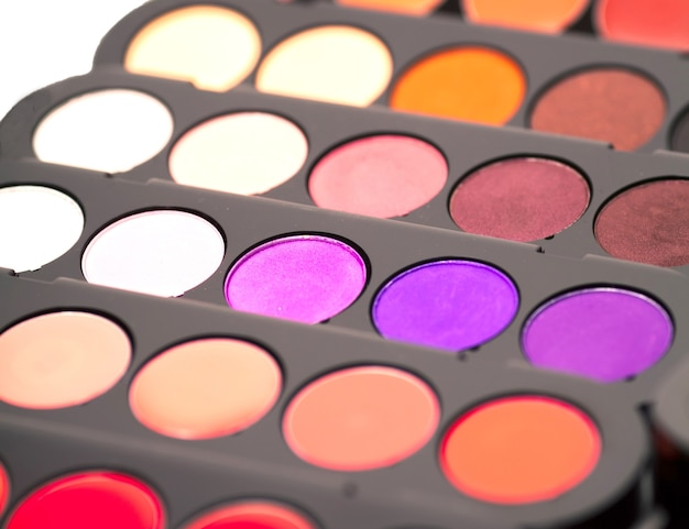 Cosméticos. paleta de sombras coloridas.