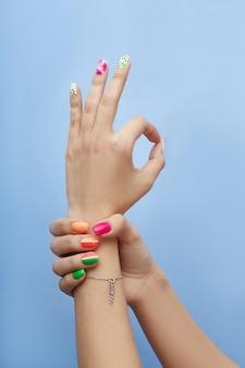 Cosméticos para as mãos, unhas para colorir e cuidar, manicure profissional e produto para cuidados