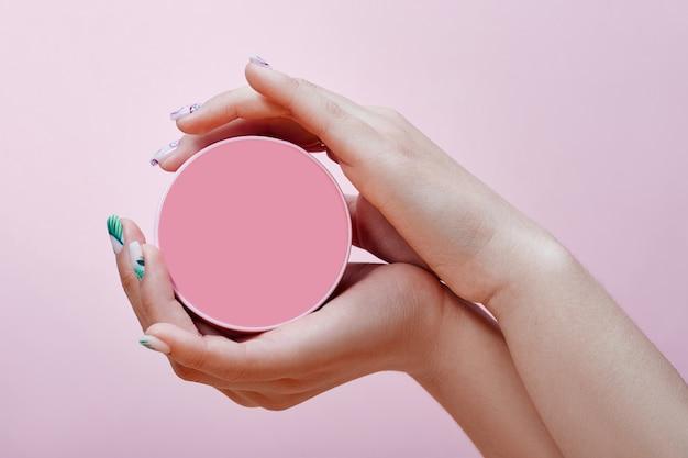 Cosméticos para as mãos, unhas para colorir e cuidar, manicure profissional e produtos para cuidados.