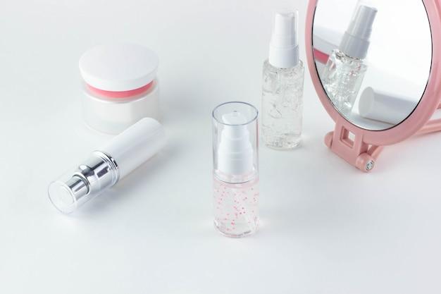 Cosméticos para cuidados com o rosto. frascos cosméticos com soro, gel, creme para o rosto