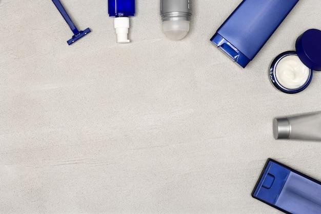 Cosméticos para homens flatlay com espaço de cópia produtos cosméticos de aliciamento masculino em fundo de cimento cinza