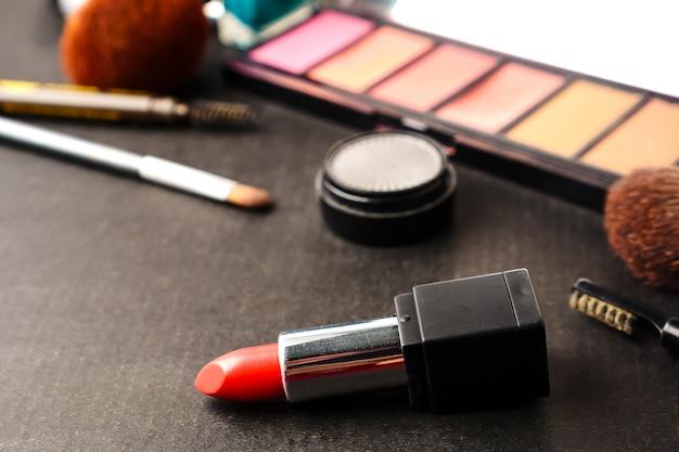 Cosméticos para maquiagem em cima da mesa. foco seletivo