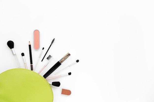 Cosméticos para maquiagem em uma bolsa verde claro