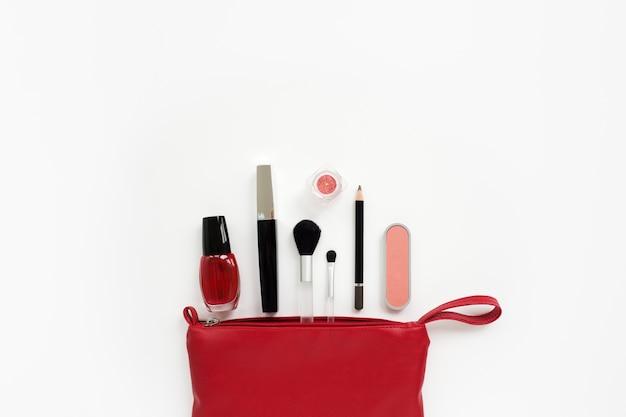 Cosméticos para maquiagem em uma bolsa vermelha
