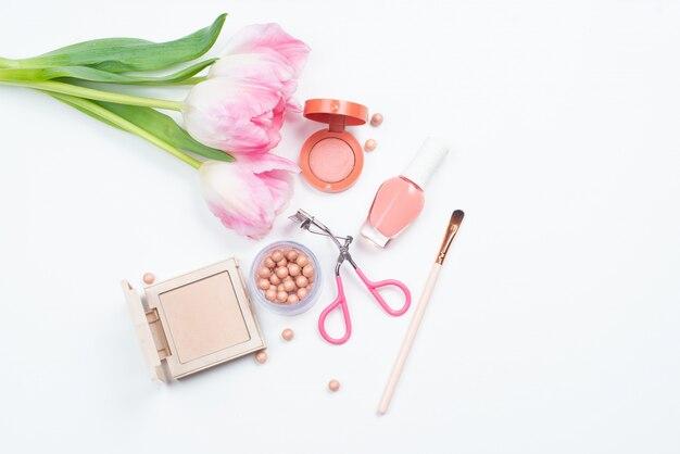 Cosméticos para maquiagem, tulipas e acessórios