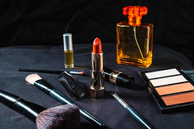 Cosméticos para mulheres em um fundo preto