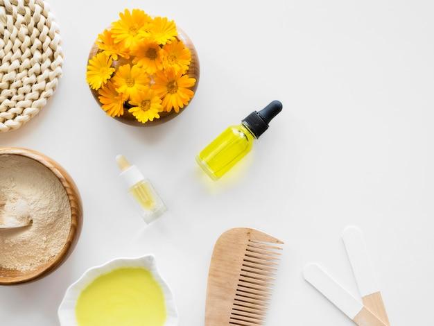 Cosméticos para tratamentos de spa com flores e óleos